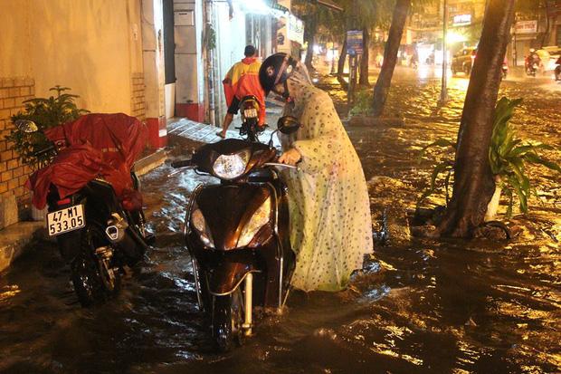Người Sài Gòn khổ sở bì bõm về nhà trong cơn mưa cực lớn đêm cuối tuần - Ảnh 4.