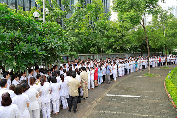 Viện trưởng Viện huyết học truyền máu trung ương nghỉ hưu, hàng trăm y bác sĩ, bệnh nhân xếp hàng chia tay trong nước mắt - Ảnh 5.
