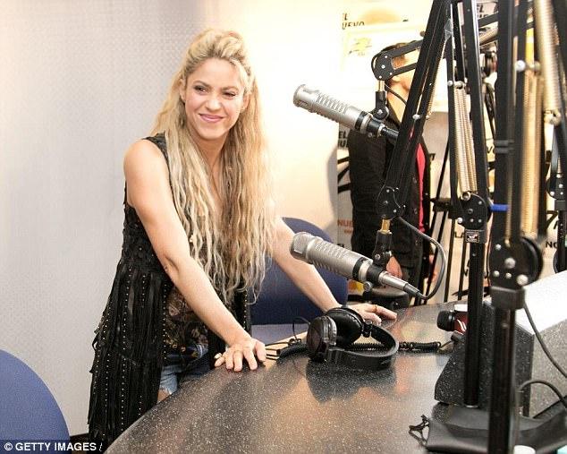 Pique đưa Shakira đi dạo, xóa tin đồn chia tay - Ảnh 4.