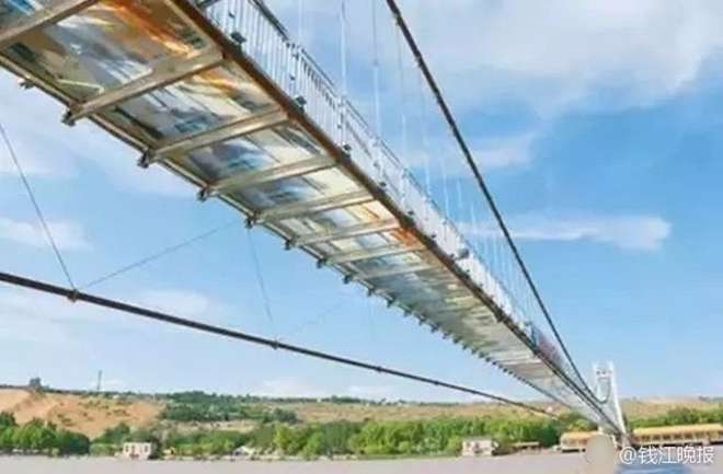 Trung Quốc: Du khách rụng rời chân tay khi ghé thăm cây cầu kính kết hợp công nghệ 3D - Ảnh 4.