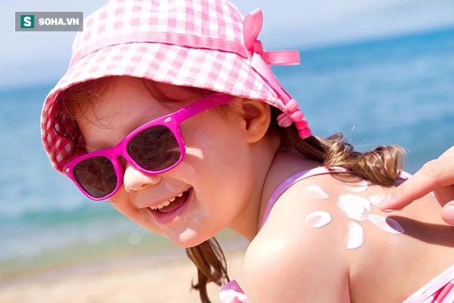 Bé trai 3 tuổi dị ứng, bỏng da nặng sau khi bôi kem chống nắng - Ảnh 4.