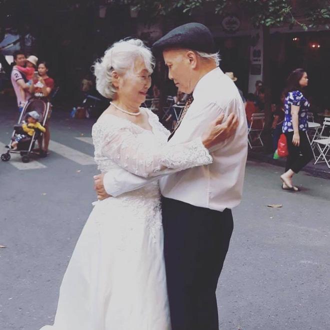 Hình ảnh cô dâu tóc bạc mặc váy cưới trắng, chú rể chống gậy móm mém cười trên phố Hà Nội gây sốt mạng - Ảnh 4.