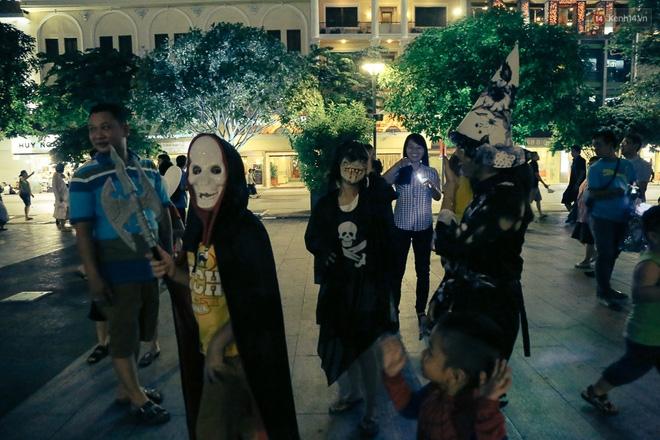 Đầu tư mùa Halloween, nhiều bạn trẻ Sài Gòn hóa trang rùng rợn trêu đùa trẻ em ở phố đi bộ Nguyễn Huệ - Ảnh 4.