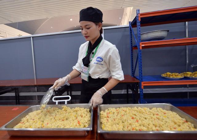 Khám phá bếp ăn phục vụ 3.000 phóng viên ở Trung tâm Báo chí APEC - Ảnh 4.