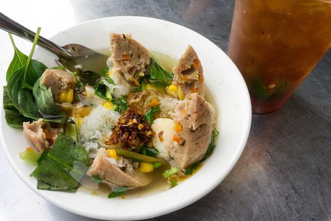 Có gì trong tô bò viên khổng lồ ở quán lề đường Sài Gòn, giá 200 ngàn, 6 người ăn no mới hết? - Ảnh 4.