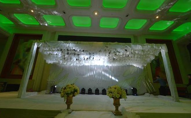 Chi cả trăm triệu đồng tổ chức đám cưới, cô dâu tá hỏa khi lễ đường chẳng khác nào linh đường đám ma - Ảnh 4.
