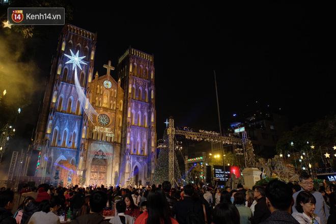 Giới trẻ Hà Nội kéo xuống phố đông nghịt đi chơi Noel - Ảnh 4.