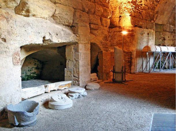 Sửa nhà vệ sinh cũ, người đàn ông phát hiện cả một kho tàng lịch sử vô giá từ hàng thế kỷ trước - Ảnh 4.