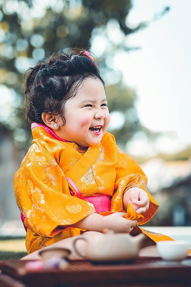 Đây chính là cô Ba Sài Gòn phiên bản 2,5 tuổi cưng hết sảy khiến dân mạng phát cuồng - Ảnh 38.