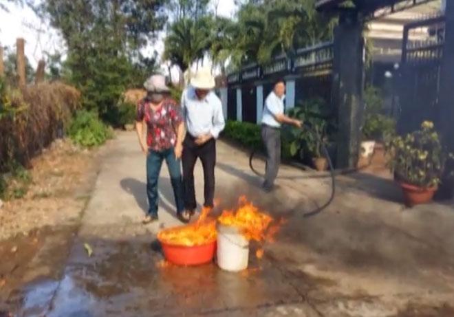 Kỳ lạ, nước giếng chỉ gần lửa là bốc cháy dữ dội - Ảnh 3.