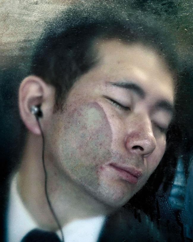 Nỗi chán chường và mệt nhoài với cuộc sống chất đầy chuyến tàu điện Nhật Bản - Ảnh 5.