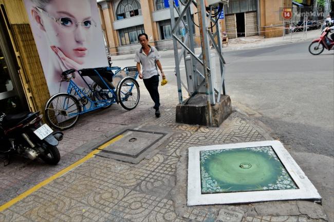 Nhìn những bức tranh trên nắp cống ở Sài Gòn đẹp như thế này, không ai nỡ xả rác nữa! - Ảnh 5.