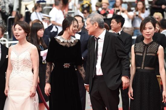 Bất chấp dư luận, chàng 57, nàng 35 ngày càng mặn nồng trên thảm đỏ Cannes 2017 - Ảnh 5.