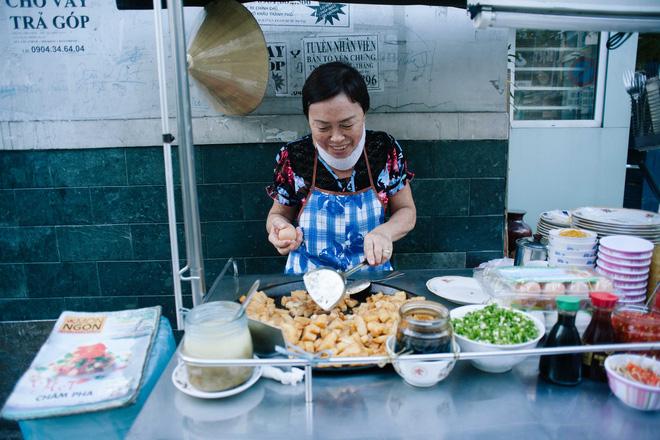 Chiều Sài Gòn lộng gió, ghé hẻm Cheo Leo ăn dĩa bột chiên giản dị mà gây nhớ gây thương suốt 43 năm - Ảnh 5.