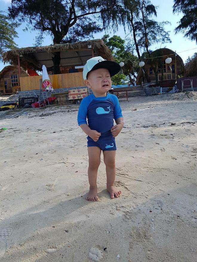 Bé gái siêu đáng yêu khóc tu tu trong lần đầu đi biển vì bẩn hết chân con khiến các mẹ không thể nhịn cười - Ảnh 5.