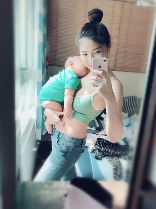 Vừa cho con bú vừa selfie khoe thanh xuân phơi phới, mẹ sữa bất ngờ nổi tiếng thế giới - Ảnh 5.