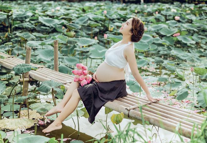 Vác bụng bầu 8 tháng đi chụp ảnh với hoa sen, cô giáo trẻ được khen tấm tắc vì quá xinh - Ảnh 5.