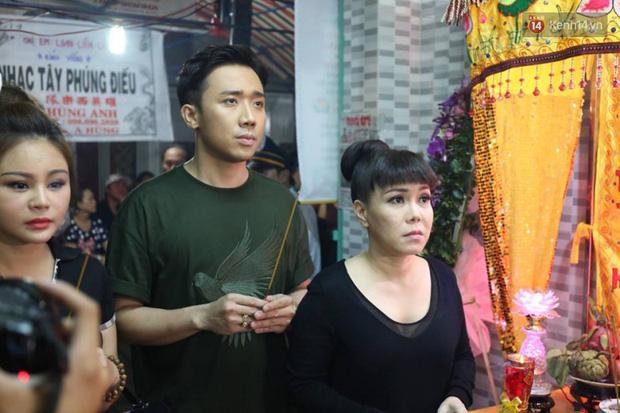 Trấn Thành, Việt Hương lặng người bên linh cữu của cố nghệ sĩ Khánh Nam - Ảnh 6.