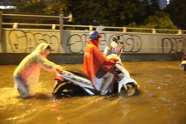Người Sài Gòn khổ sở bì bõm về nhà trong cơn mưa cực lớn đêm cuối tuần - Ảnh 5.