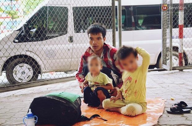 """Gặp người chồng """"bị vợ bỏ, đưa 2 con trai đi ăn xin"""" ở Hà Nội gây xôn xao trên MXH - Ảnh 6."""