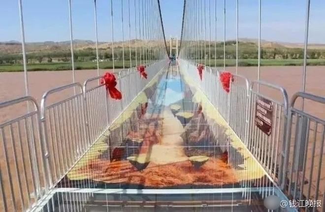 Trung Quốc: Du khách rụng rời chân tay khi ghé thăm cây cầu kính kết hợp công nghệ 3D - Ảnh 5.