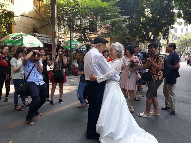 Hình ảnh cô dâu tóc bạc mặc váy cưới trắng, chú rể chống gậy móm mém cười trên phố Hà Nội gây sốt mạng - Ảnh 5.