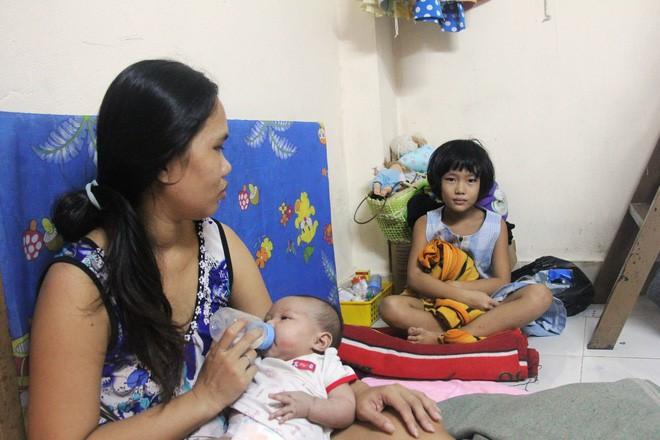 Bố bỏ đi theo vợ nhỏ, bé gái 7 tuổi nghỉ học ở nhà lấy sữa lon pha loãng cho em 2 tháng uống vì không có tiền - Ảnh 6.