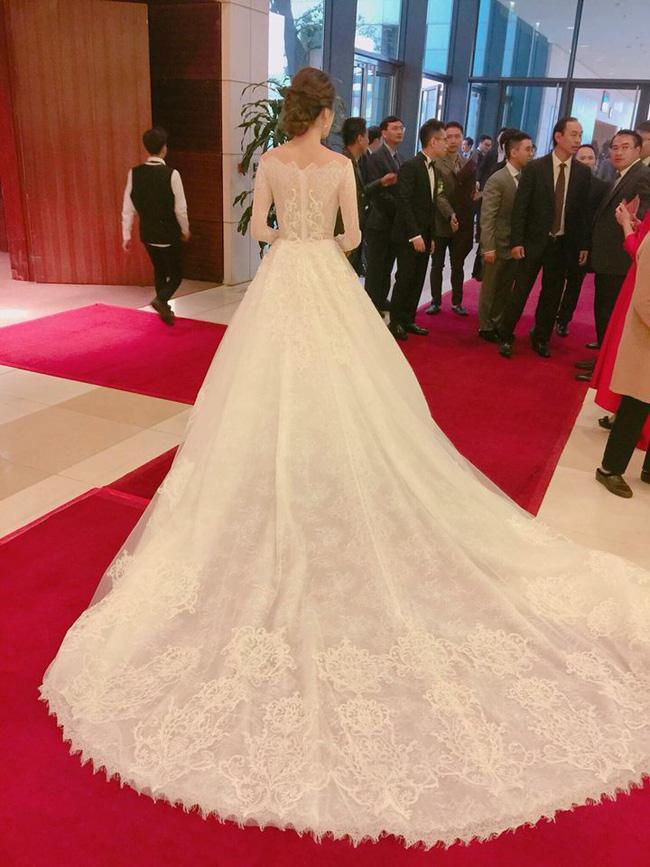 Á hậu Hoàng Anh rạng rỡ với váy trắng tinh khôi trong tiệc cưới - Ảnh 6.
