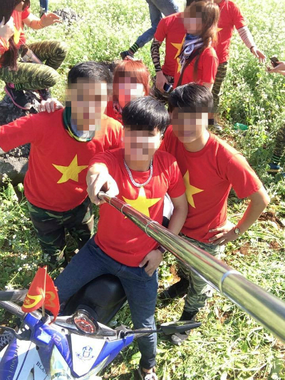 Ham chụp ảnh kiểu Hàm Hương, thanh niên thô bạo phi xe xuyên qua đàn bươm bướm - Ảnh 7.