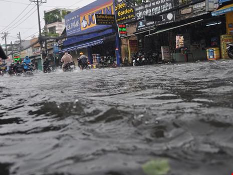 Mưa lớn, đường TP.HCM ngập nặng giữa mùa nóng - Ảnh 6.