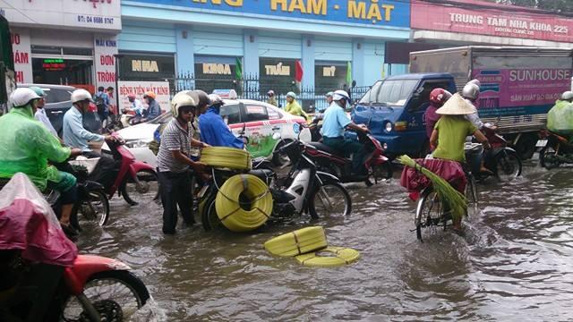 Mưa lớn đầu mùa, phố Hà Nội ngập sâu, giao thông ùn tắc - Ảnh 6.