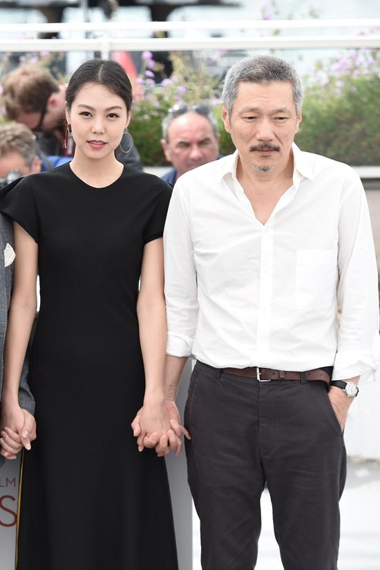 Bất chấp dư luận, chàng 57, nàng 35 ngày càng mặn nồng trên thảm đỏ Cannes 2017 - Ảnh 6.