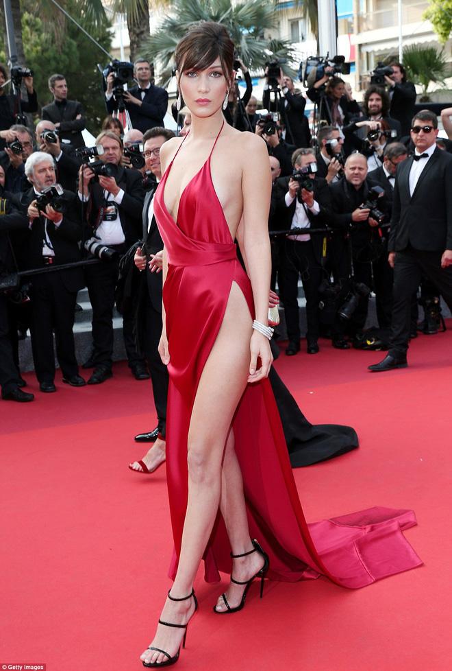 Người đẹp vô danh Cbiz tiếp tục bon chen thảm đỏ Cannes, tự biến mình thành Bella phiên bản lỗi - Ảnh 6.