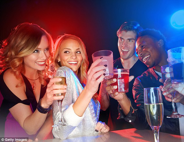 Khoa học chứng minh: Uống bia rượu ban đêm say nhanh hơn nhiều so với ban ngày - Ảnh 2.
