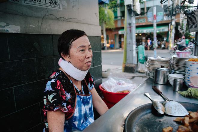 Chiều Sài Gòn lộng gió, ghé hẻm Cheo Leo ăn dĩa bột chiên giản dị mà gây nhớ gây thương suốt 43 năm - Ảnh 6.