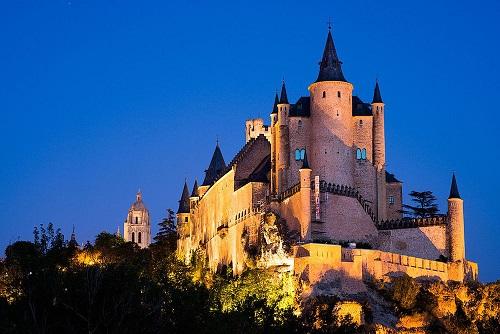 10 tòa lâu đài mang vẻ đẹp cổ tích vượt thời gian nổi tiếng khắp thế giới - Ảnh 6.