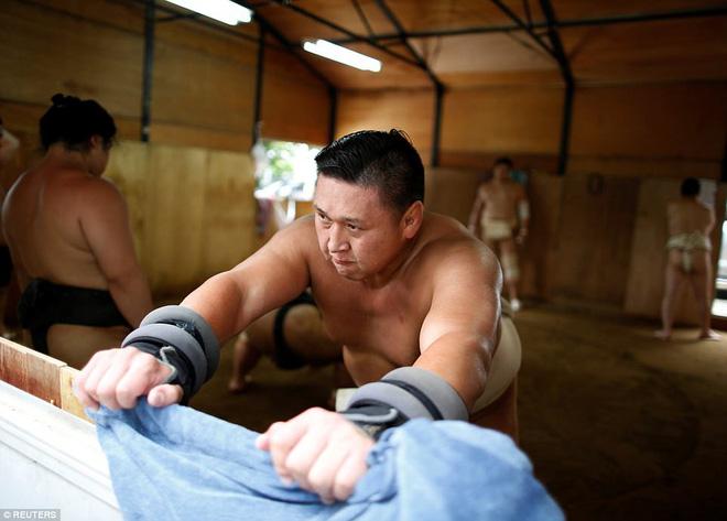 Vén màn cuộc sống của các đấu sĩ sumo tinh nhuệ tại Nhật Bản: Nạp 8.000 calo/ngày, phải thở bằng máy oxy khi ngủ - Ảnh 6.