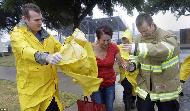 Cơn bão mạnh nhất thập kỷ đổ bộ vào Mỹ, người dân lo sợ một kịch bản tương tự Katrina xảy ra - Ảnh 6.