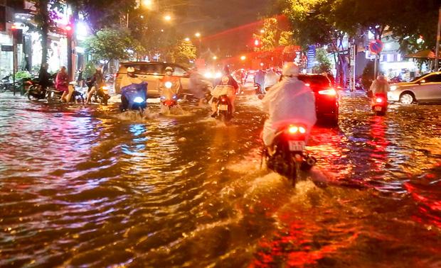 Người Sài Gòn khổ sở bì bõm về nhà trong cơn mưa cực lớn đêm cuối tuần - Ảnh 6.