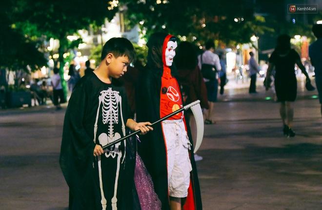 Đầu tư mùa Halloween, nhiều bạn trẻ Sài Gòn hóa trang rùng rợn trêu đùa trẻ em ở phố đi bộ Nguyễn Huệ - Ảnh 6.
