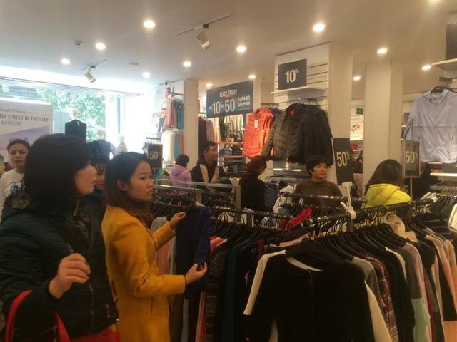 Cửa hàng thời trang, siêu thị giảm giá sâu ngày Black Friday  - Ảnh 6.