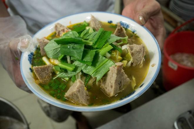 Có gì trong tô bò viên khổng lồ ở quán lề đường Sài Gòn, giá 200 ngàn, 6 người ăn no mới hết? - Ảnh 6.