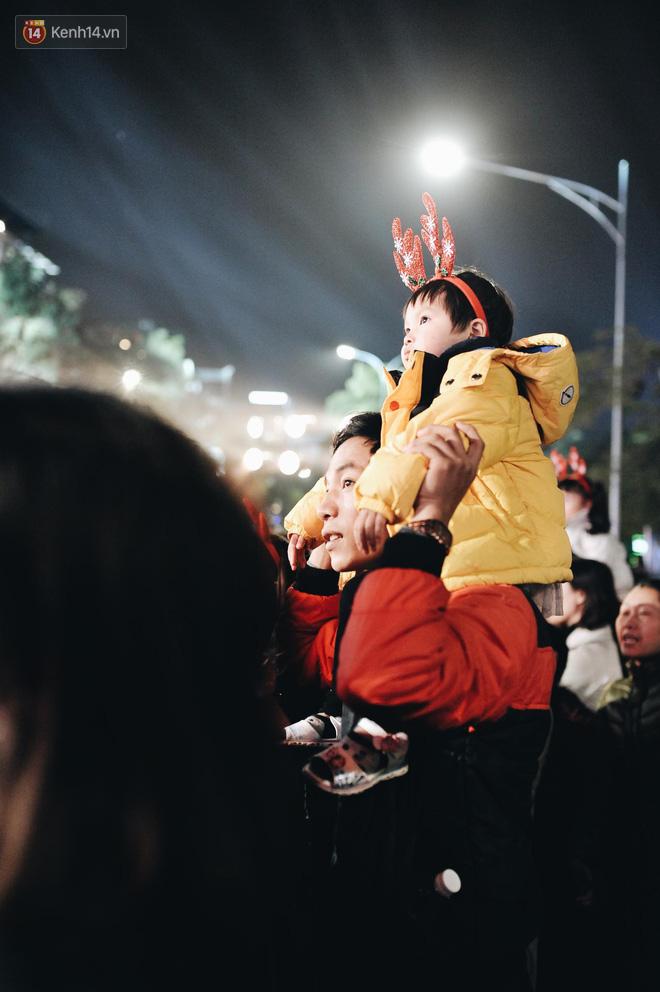 Giới trẻ Hà Nội kéo xuống phố đông nghịt đi chơi Noel - Ảnh 6.