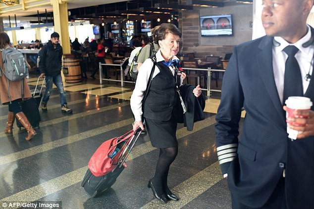 81 tuổi vẫn làm tiếp viên hàng không, cụ bà được mệnh danh Nữ hoàng của bầu trời - Ảnh 6.