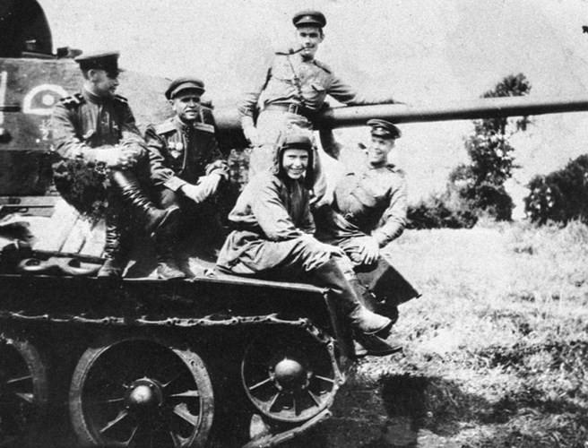 Xe tăng huyền thoại T-34 đè bẹp lực lượng thiết giáp Đức Quốc xã - Ảnh 6.
