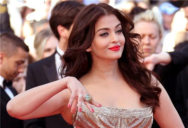 Hành trình 16 năm hóa nữ thần thảm đỏ Cannes của Hoa hậu Aishwarya Rai - Ảnh 28.