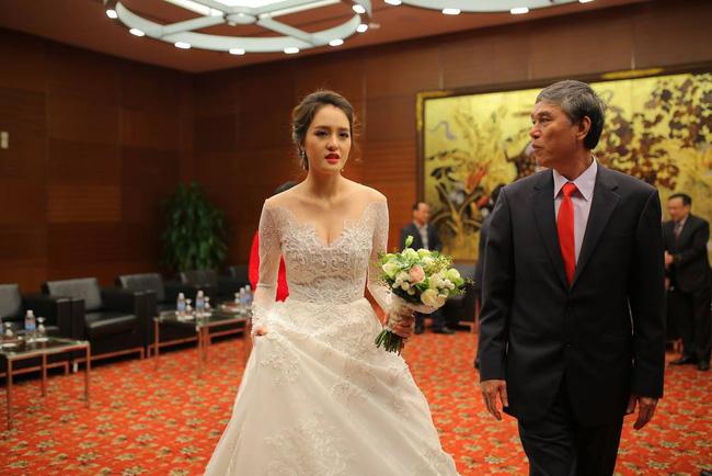 Á hậu Hoàng Anh rạng rỡ với váy trắng tinh khôi trong tiệc cưới - Ảnh 7.