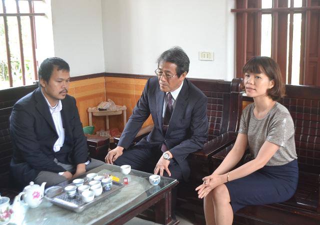 Đại sứ Nhật Bản đến gia đình bé gái người Việt bị sát hại nói lời xin lỗi - Ảnh 7.