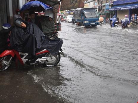 Mưa lớn, đường TP.HCM ngập nặng giữa mùa nóng - Ảnh 7.