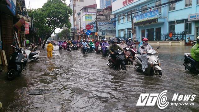 Mưa lớn đầu mùa, phố Hà Nội ngập sâu, giao thông ùn tắc - Ảnh 7.